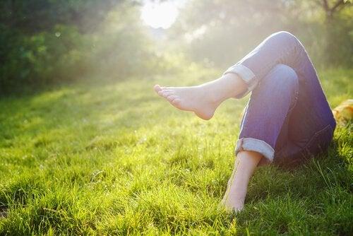çimlerde uzanan ayaklar