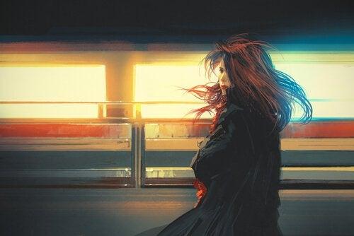 giden trenin ışığındaki kız
