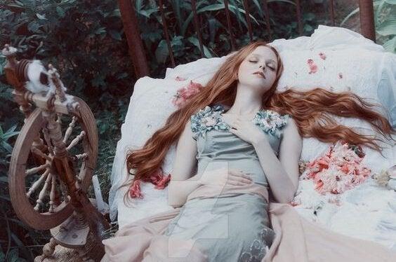 uyuyan güzel uzanmış bekliyor