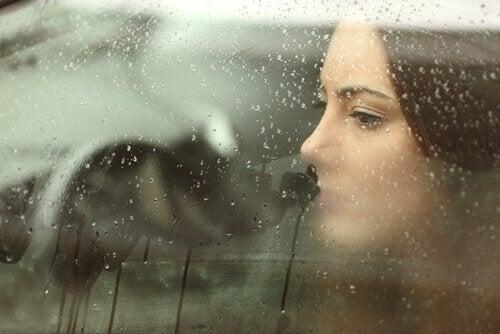 pencereden bakan mutsuz kadın