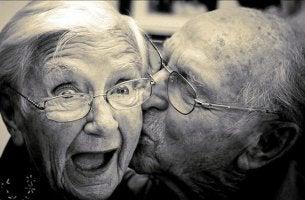 yaşlı çift yanaktan öpüşüyor