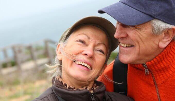 yaşlı çift geziyor