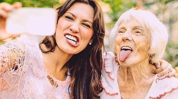 yaşlı genç kadınlar selfi yapıyor