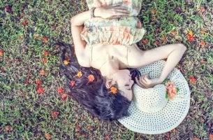 çimlerde yatan kadın