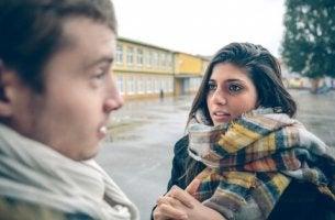kadınla adam konusuyor