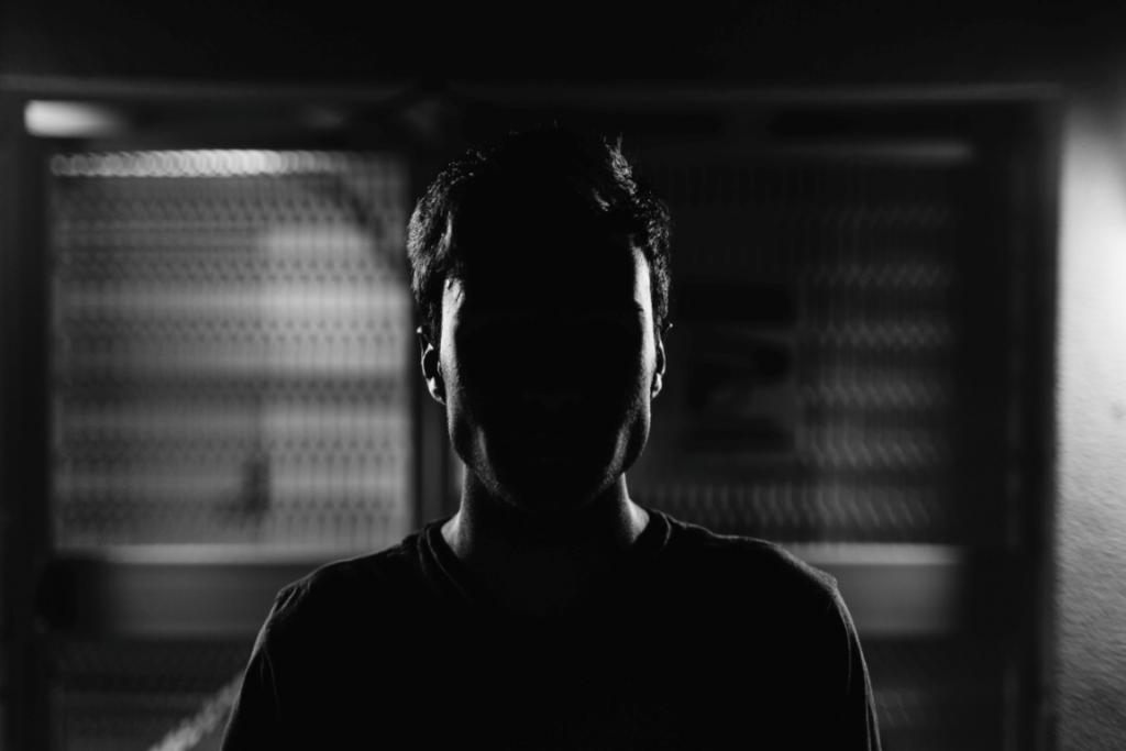 adam karanlıkta takılıyor