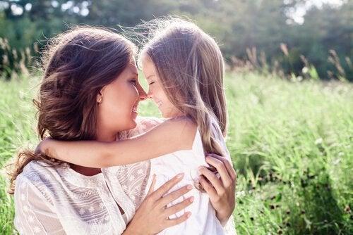 anne ve küçük kızı sarılıyor