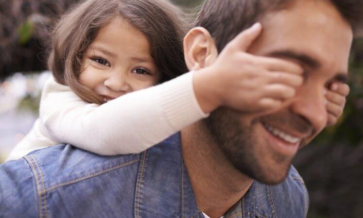babasıyla oynayan kız
