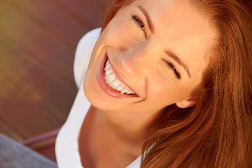 büyük bir gülümsemesi olan kadın
