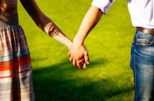 ciftin-birbirine-tutusan-elleri