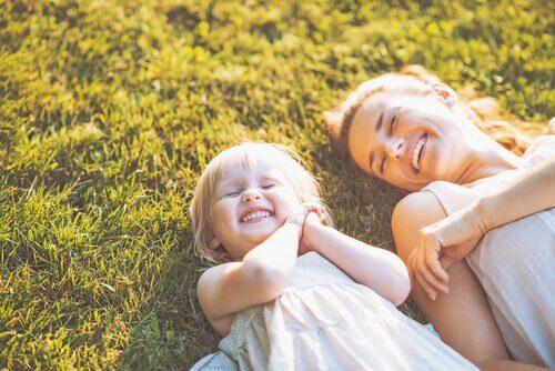 çimenlerde uzanan anne ve küçük kızı