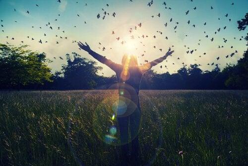 güneşi selamlayan kız