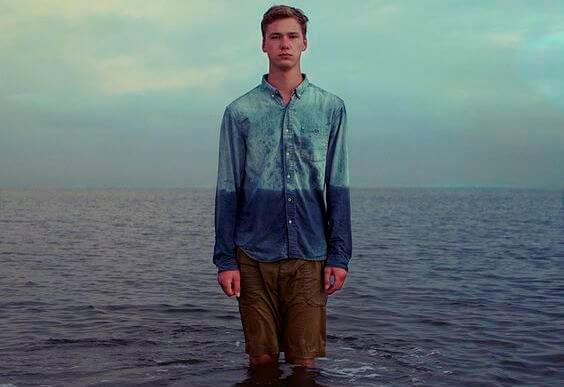 denizin içinde adam