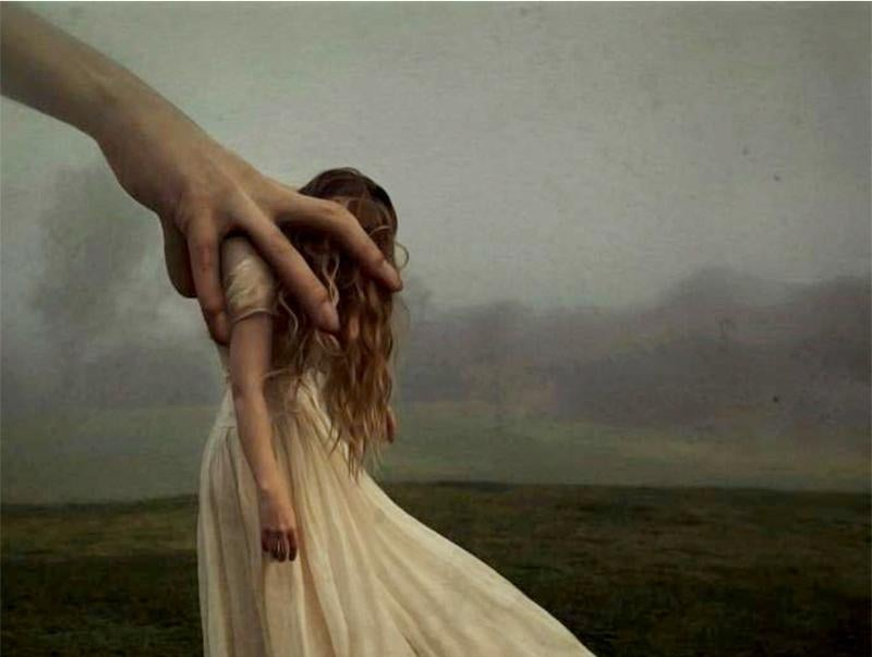 bir elin dik tuttuğu kadın