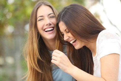 gülen iki kız kardeş