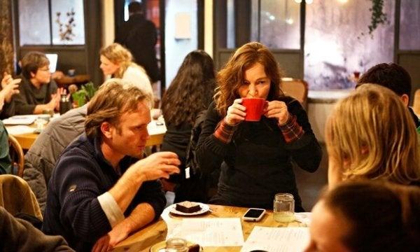 insanlar kahve içiyor