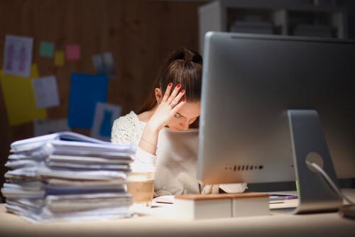 iş stresi yaşayan kadın