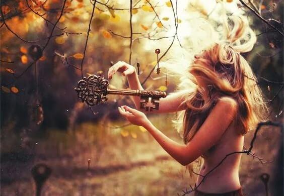 kadın ormanda anahtar tutuyor