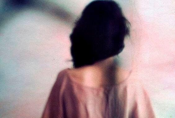 kadının arkası bulanık resim