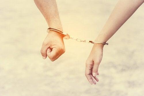 İlişki Bağımlılığı İlişkinizi ve Özgüveninizi Yerle Bir Eder