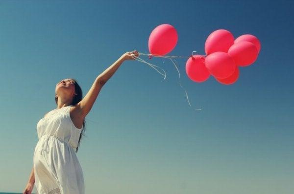 kırmızı balonlar tutan kız