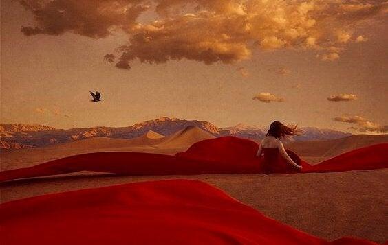 kırmızı çöldeki kırmızı elbiseli kadın