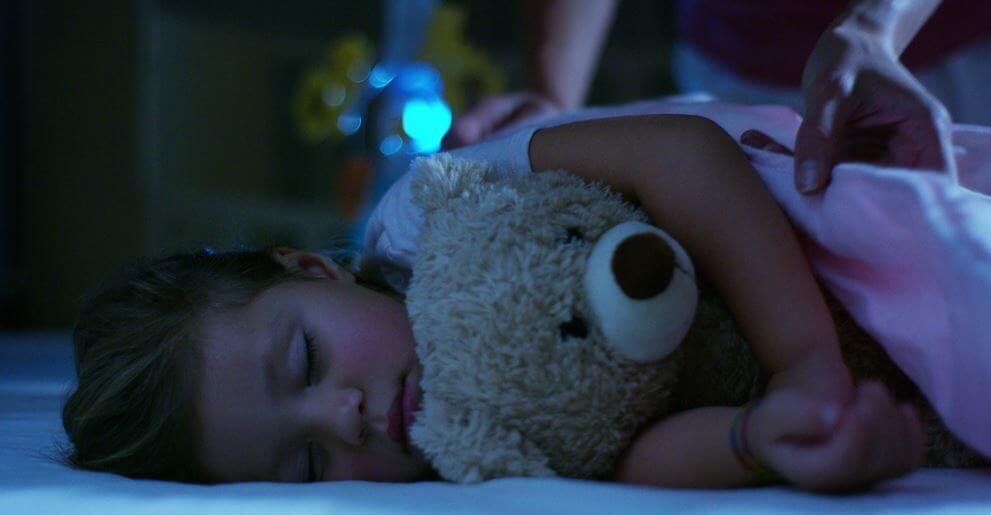 ayıcıkla uyuyan kız