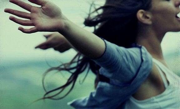 kollarını açan kız