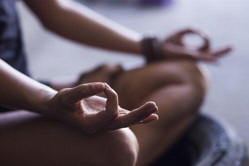 meditasyon yapan eller