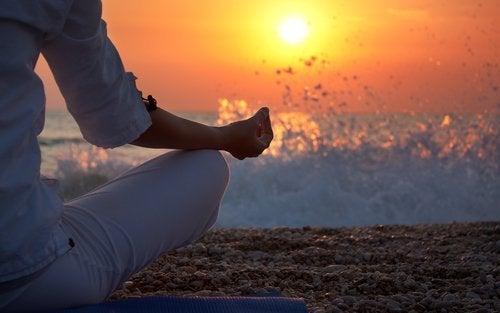 gün batımında meditasyon