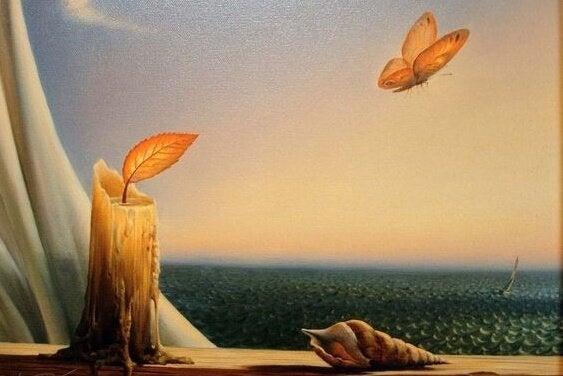 yaprak olan mum alevi ve denize uçan kelebek