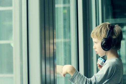 müzik dinleyen çocuk