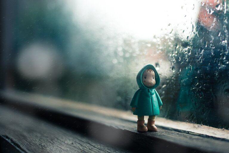 yağmurda bir oyuncak çocuk
