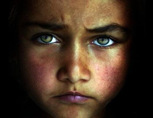 yeşil gözlü üzgün çocuk