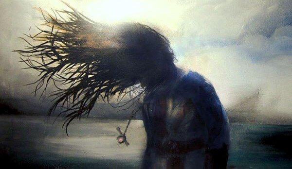 saçları fırtınada uçuşan kadın