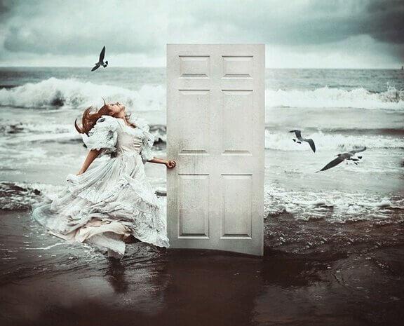 sahilde kız, beyaz kapı ve dalgalı deniz