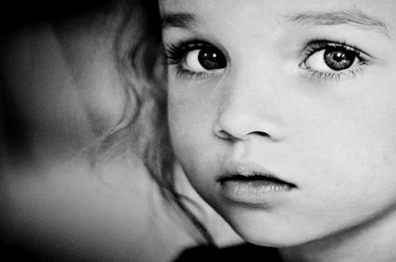 siyah beyaz küçük kız