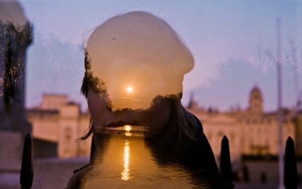 kadın, şehir ve güneş
