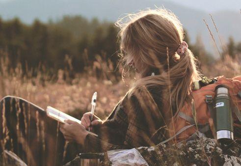 tarlada mektup yazan sarışın kadın