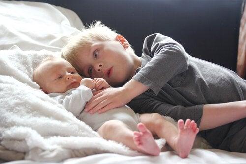 uzanan ağabey kardeş bebek