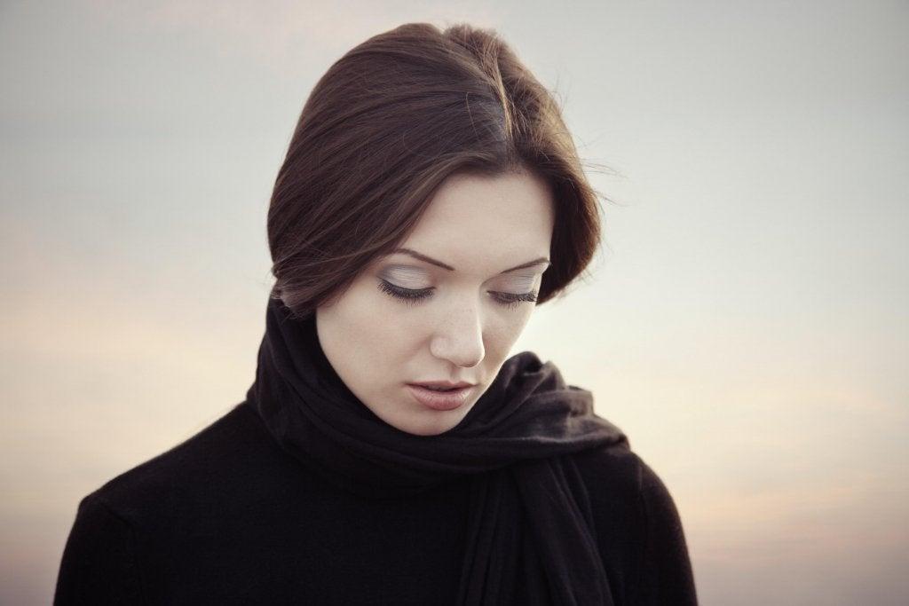 atkılı üzgün kadın