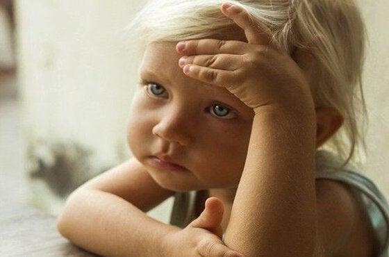 üzgün düşünen minik çocuk