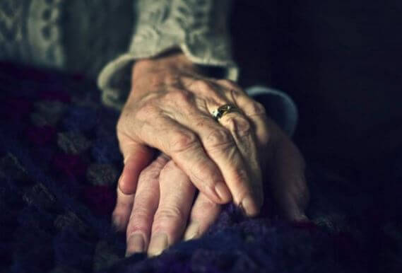 yaşlı hastanın elini tutan yaşlı el