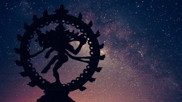 gece göğü önünde heykel