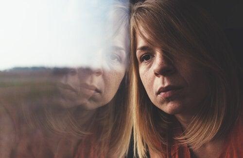 yorgun ve umutsuz kadın