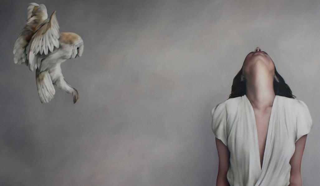 yukarıya bakan kadın ve baykuş