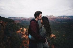 çift tepede öpüşüyor