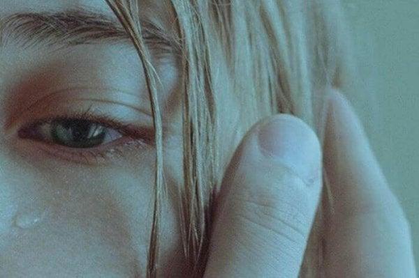 ağlayan kızın gözyaşı damlası