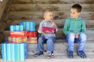 abi ve kardeş hediyeleri açıyor