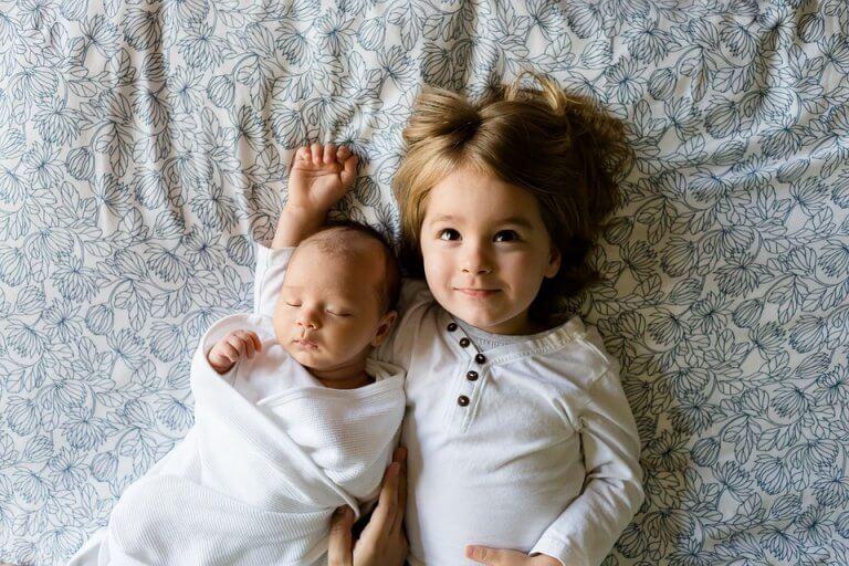 abla kardeş yatakta mutlu mutlu yatıyor